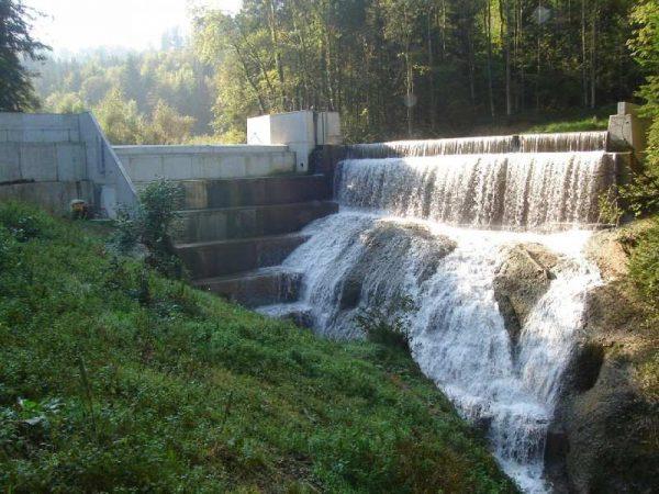 Wasserkraftwerke stellen zwar eine erneuerbare Energiequelle dar, sind aber auch ein kaum überwindbares Hindernis für Flussbewohner. | © Quadra7677 [CC-BY-SA-3.0], via Wikimedia Commons