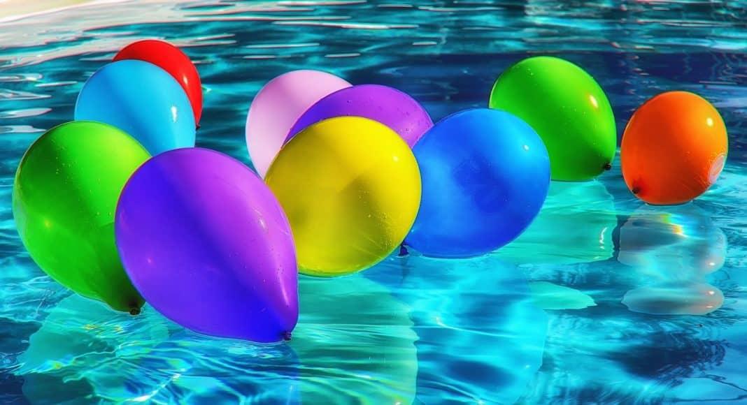Luftballon besteht aus Plastik und gehört zum littering.