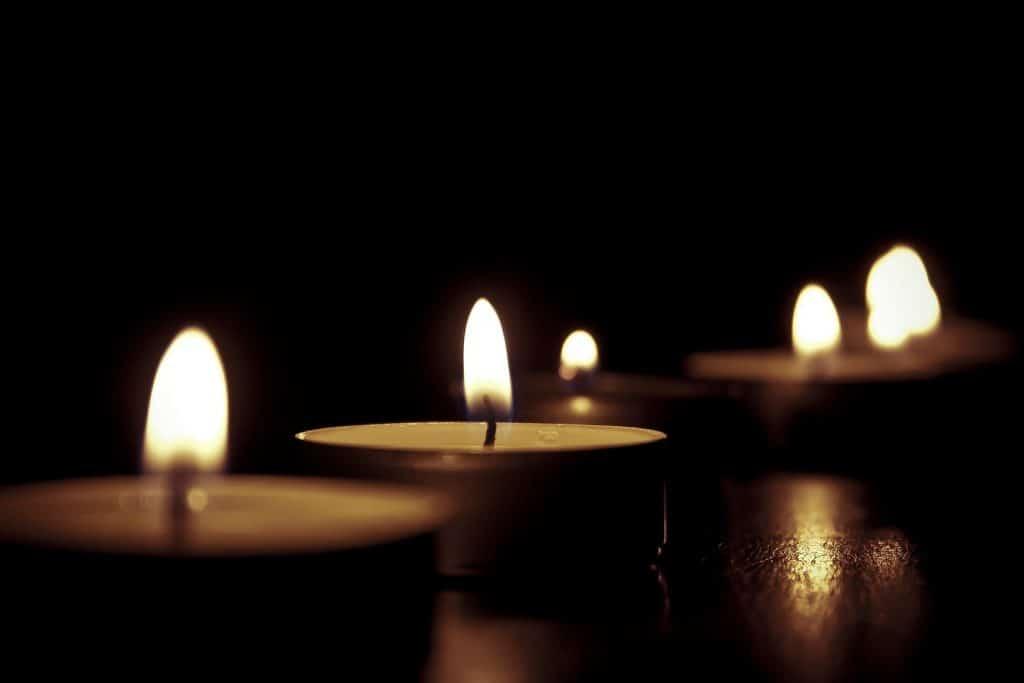 Alu bei den Kerzen.