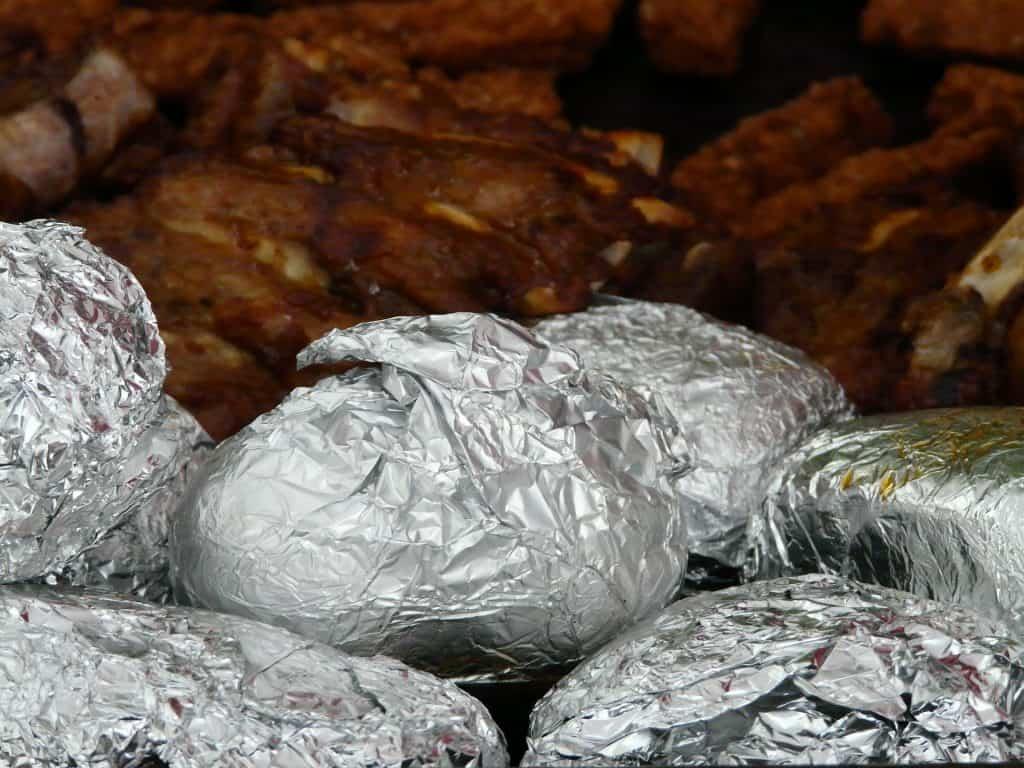 Auch beim Grillieren sollte man Alu Produkte vermeiden.