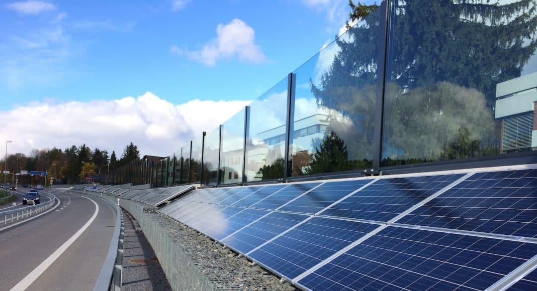 Eine Photovoltaikanlage wurde auf einer Lärmschutzwand installiert und liefert Solarstrom.