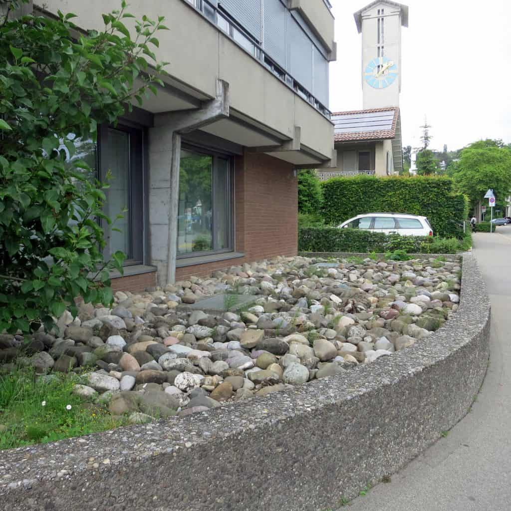 Asphalt und Beton dominieren das Bild.