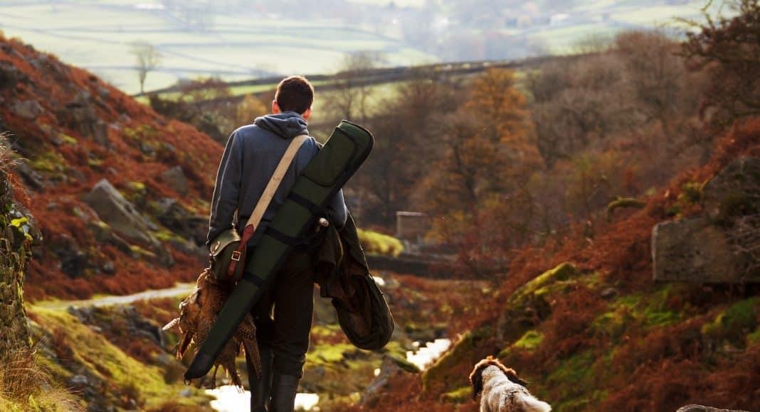 Jäger in der Landschaft.