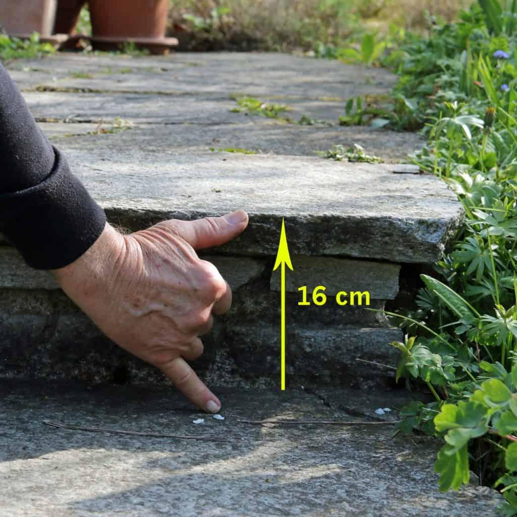 Auch diese Steinstufe ist ein zu hohes Hinderniss für einen Igel.