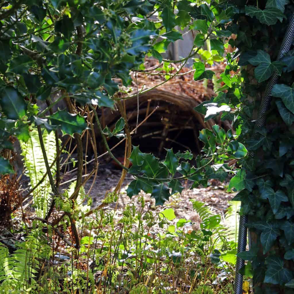 Im Garten versteckt: Ein Igelhaus aus Ästen.