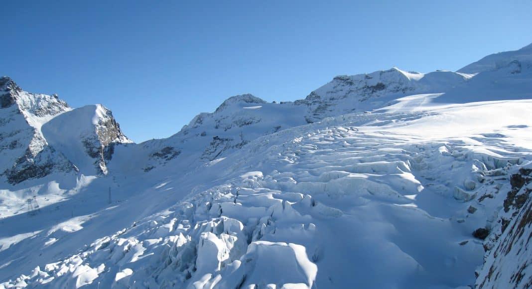 Der Gletscher läuft mit seinen Spalten langsam aus.