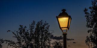 Lichtverschmutzung, wie diese Strassenlaterne, führt häufig zu, Tod von Insekten.