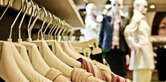 Kleider, welche im Laden hängen. Die Textilindustrie ist eine grosse Umweltbelastung.