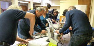 Die Menschen im repair Cafe sagen der Wegwerfkultur Wegwerfgesellschaft den Kampf an und reparieren die Geräte.