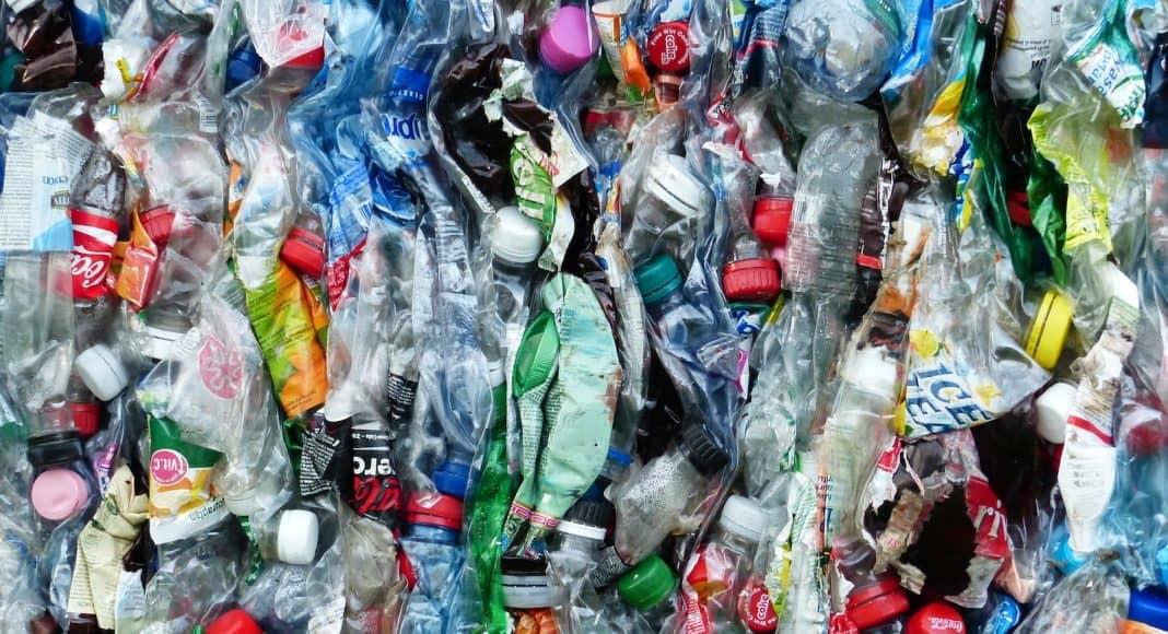 Alles voll von PET-Flaschen, bei denen es wichtig ist zu recyclen.