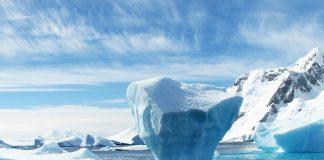 Auf dem Meer schwimmt noch etwas arktisches Eis..