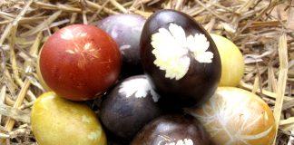 Auf natürliche Art und Weise an Ostern die Eier färben.