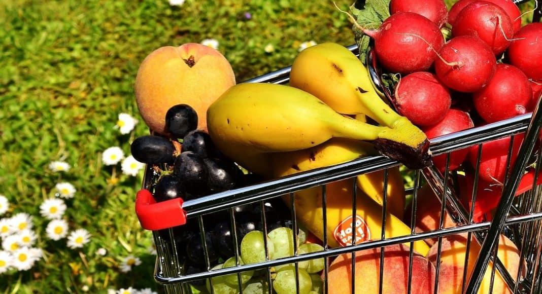 Die SchweizerInnen wollen den Konsum einschränken, beispielsweise nur regionale Frücht kaufen.