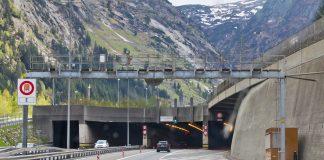 Blick auf die Einfahrt in den Gotthard Strassentunnel.