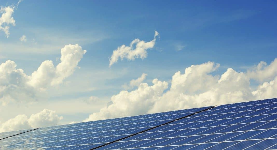 Photovoltaik vor blauem Himmel.
