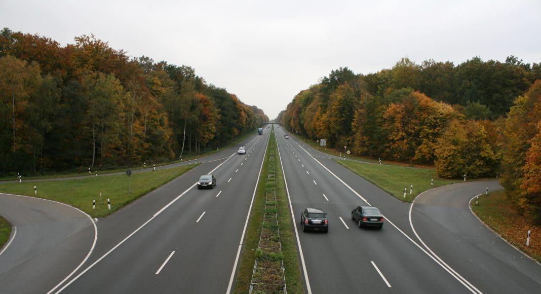 Infrastruktur, wie diese Autobahn, zerstückelt und zerstört Lebensräume.