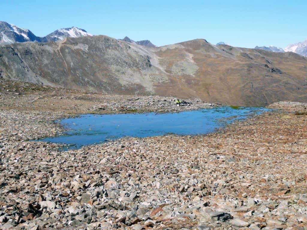EIn kleiner blauer Bergsee in den Alpen.