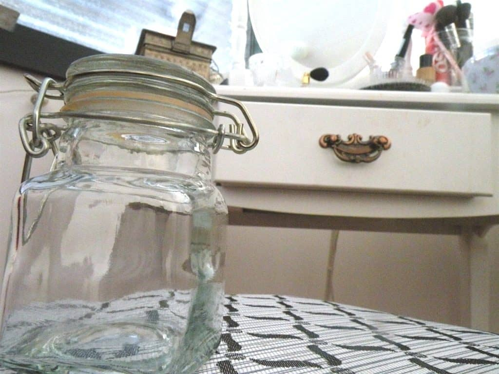 Ein Glassgefäss kann für die Aufbewahrung des Deos dienen.