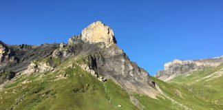 Rotstockhütte mit Bergen im Hintergrund.
