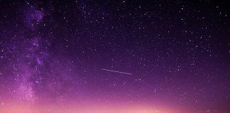 Sternschuppen am Himmel über den Alpen.