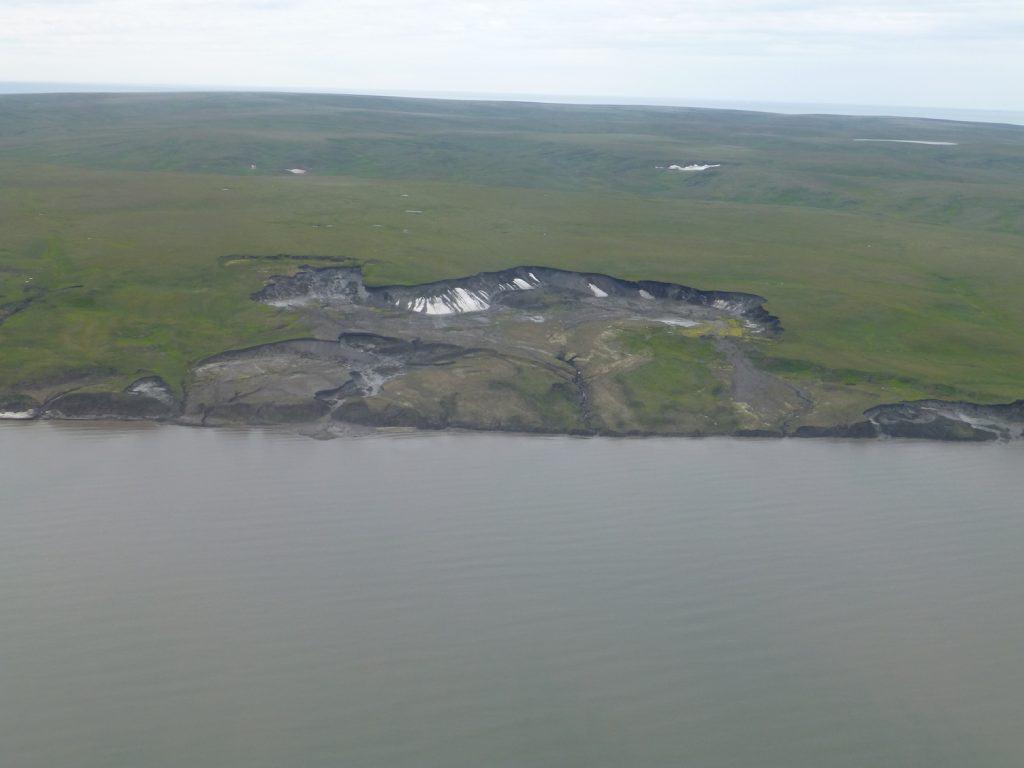 Eine Luftaufnahme von Herschel Island zeigt eine grossflächige Erosion von Boden durch Permafrost-Schmelze.