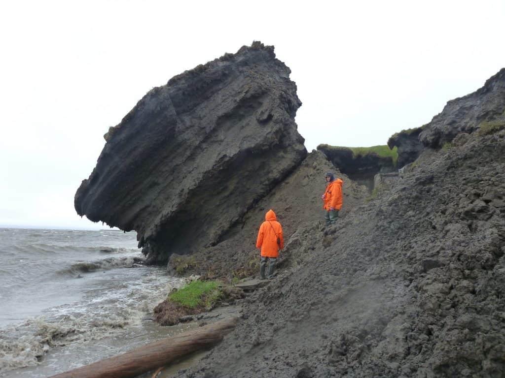 Erodierte Küste am Meer, wo ein ganzes Erdstück durch die Permafrostschmelze abgerutscht ist.