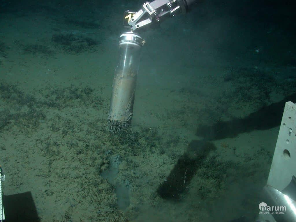 Roboterarm im Meer entnimmt eine Sedimentprobe.
