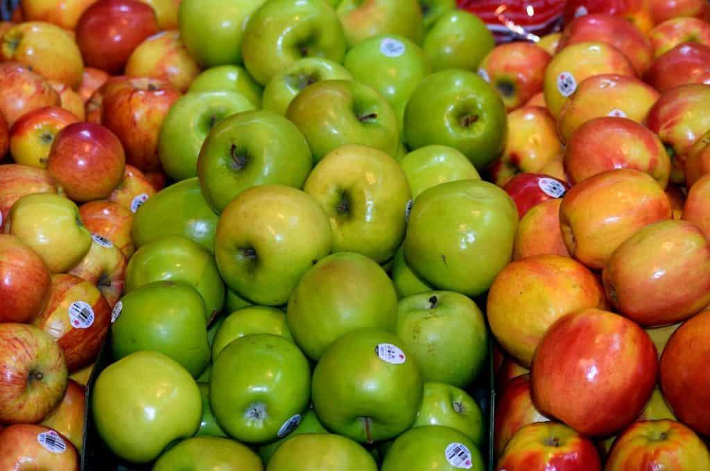 Äpfel, die wegen Ihrer Wachsschicht glänzen.