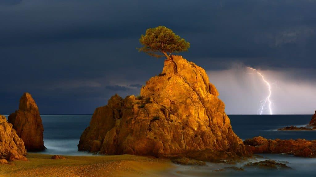 Bild des Fotowettbewerbs mit Blitz am Horizont.