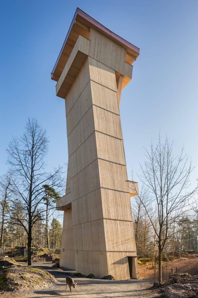 Der Turm aus Holz ragt im Tierpark Goldau in die Höhe.