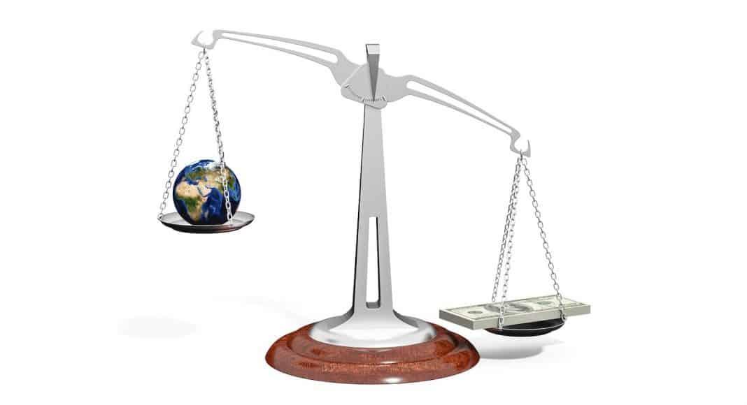 Waage, Geld wiegt mehr als Erde.
