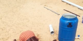 Wasserschoepfer an Brunnen in Kerala