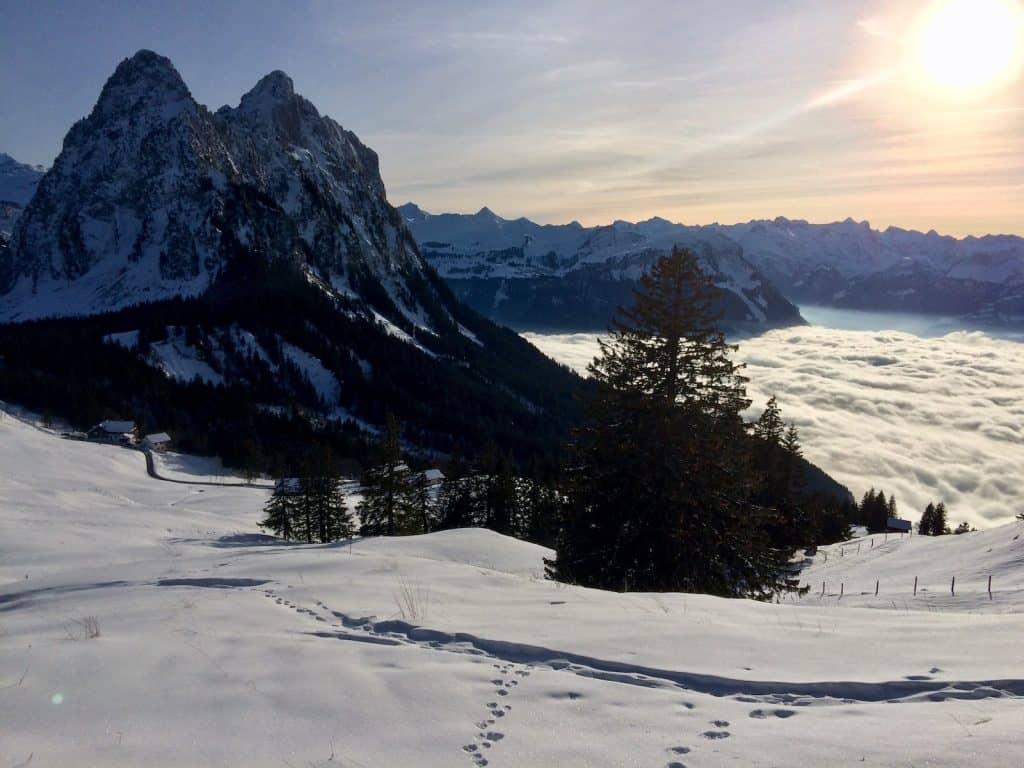 Mythen mit Nebeldecke ueber Schwyz