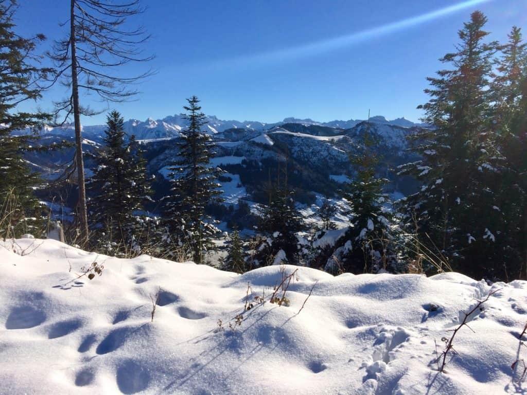 Schnee, Berge im Hintergrund