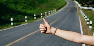 Autostopp Handzeichen, Daumen nach oben.