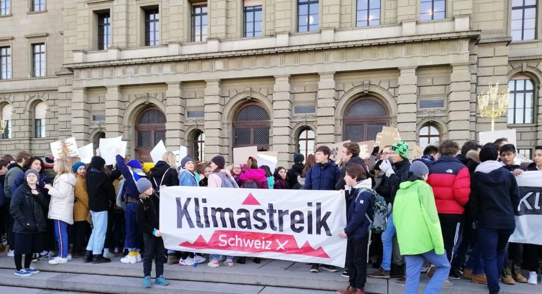 Junge Menschen nehmen am Klimastreik teil.