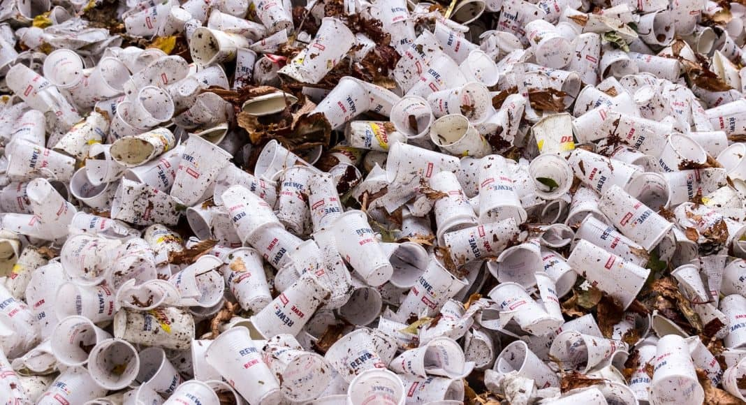 EIn Müllhaufen aus Plastikbecher.