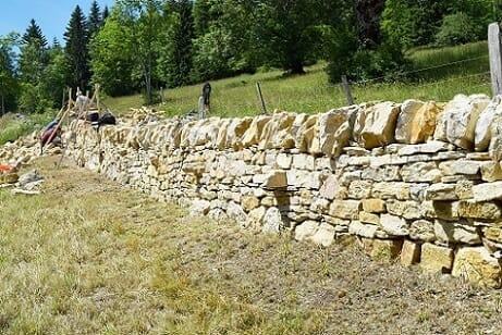 Trockenmauer bauen.