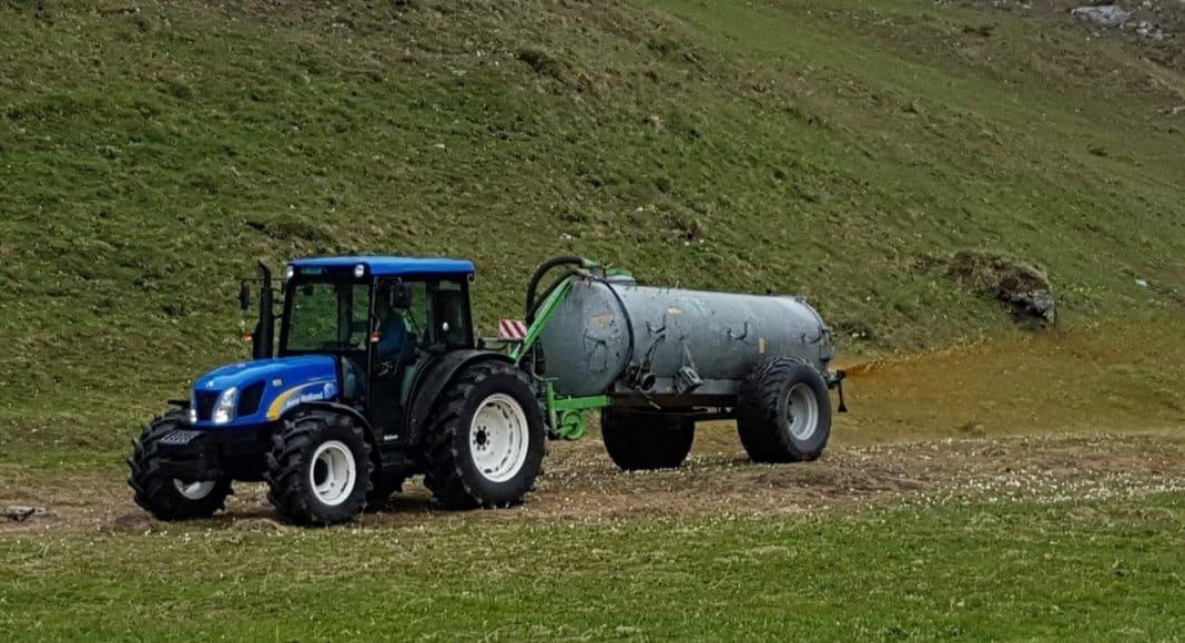 Ein Traktor am güllen.
