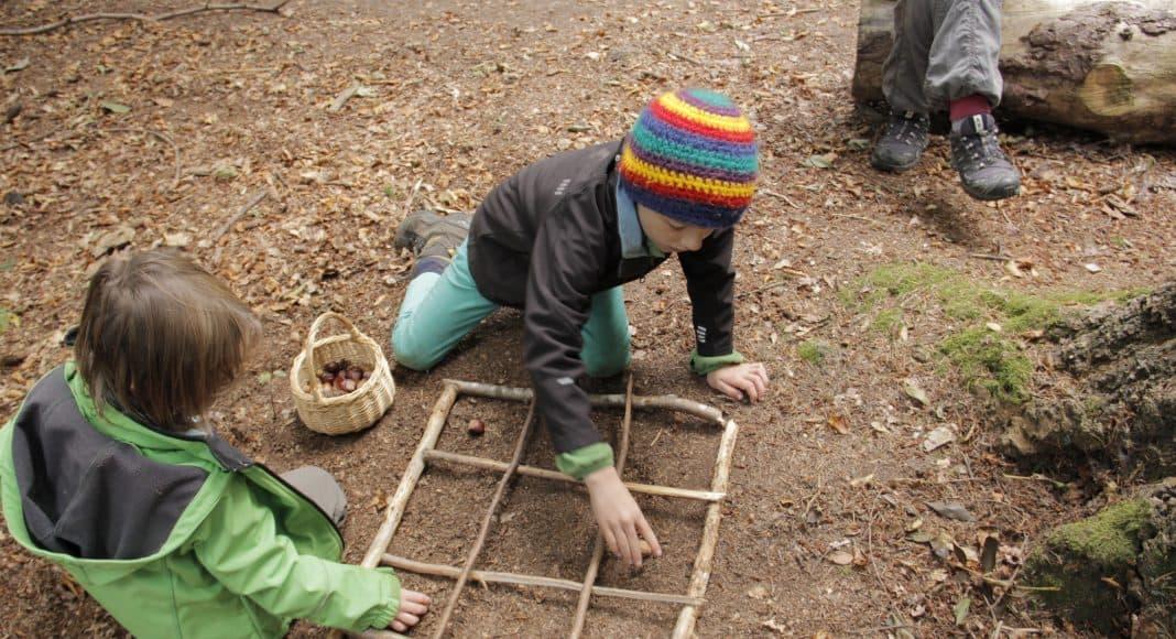 Die Kinder spielen Sudoku im Wald