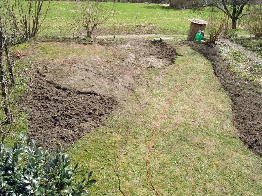 Eine Gestaltungsidee im Garten wird mit Schnüren ausgelegt.