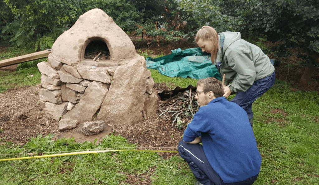 Während des wwoofing-Einsatzes einen Lehmofen bauen.