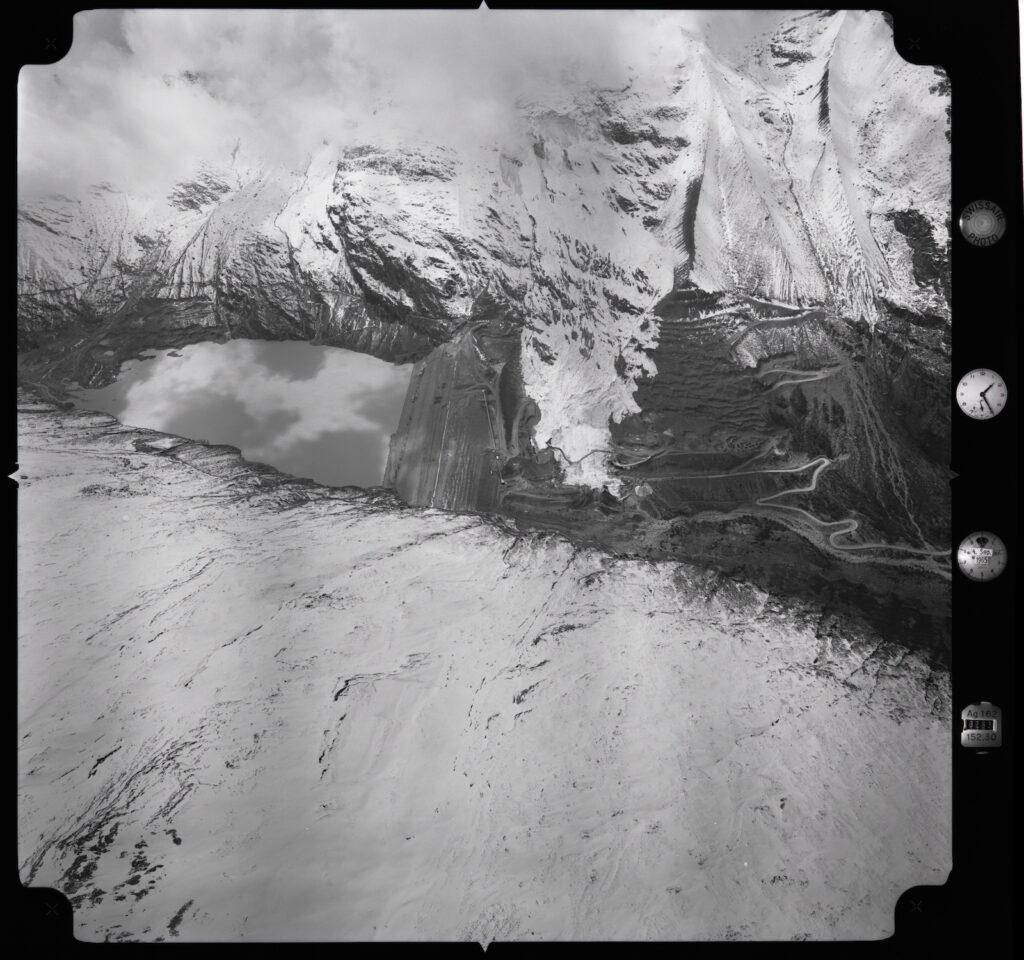 Luftbild des Staudammbaus Mattmark mit Gletschersturz