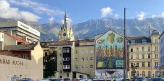 Dorf vor Bergkulisse