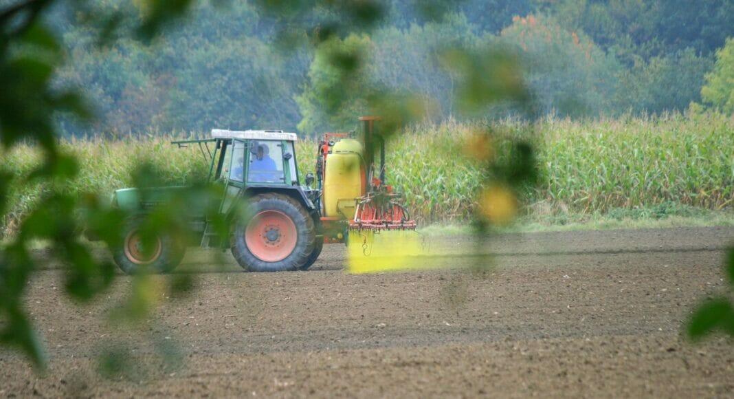 Traktor bringt Pestizid aus