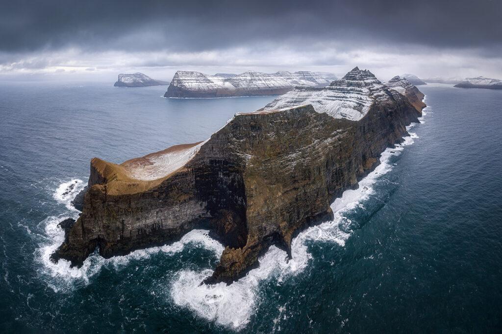 Drohnenaufnahme der Färöer-Inseln