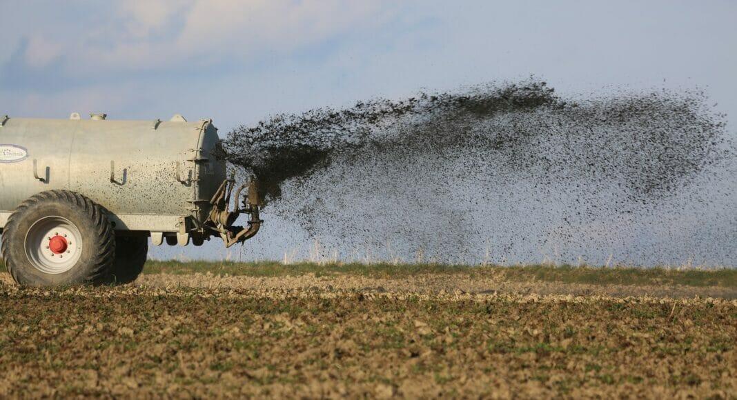 Traktor am duengen