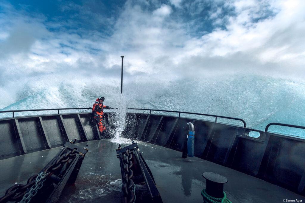 Schiffsbug vor Wellen