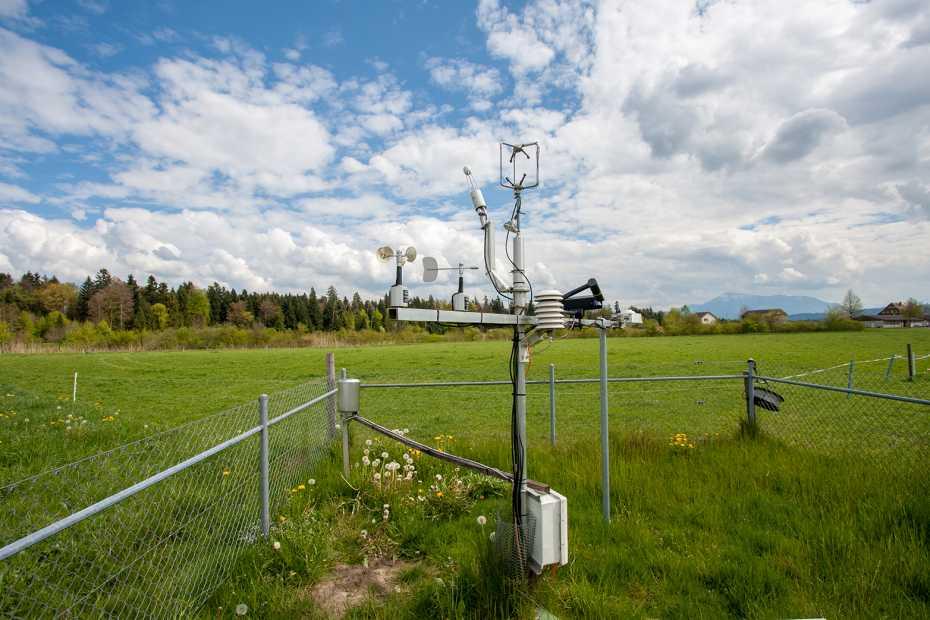 Messstation auf Wiese vor Landschaftspanorama