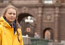 Greta Thunberg in gelbem Regenmantel